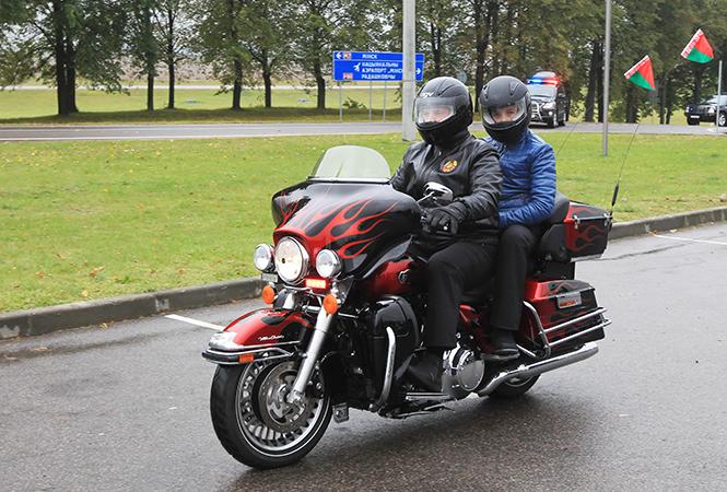 Лукашенко возглавил колонну байкеров вМинске