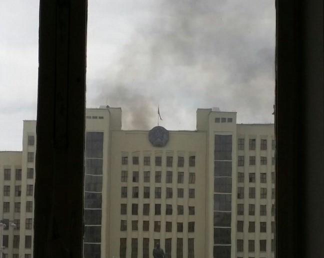 В Белоруссии полыхает строение руководства: 16 машин МЧС гасят пожар