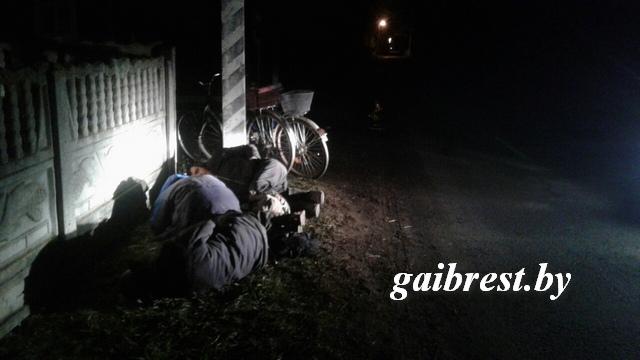 Трое молодых людей заснули прямо наобочине. Появившихся инспекторов убеждали, что трезвы