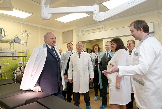 Лукашенко посетил РНПЦ трансплантации органов итканей