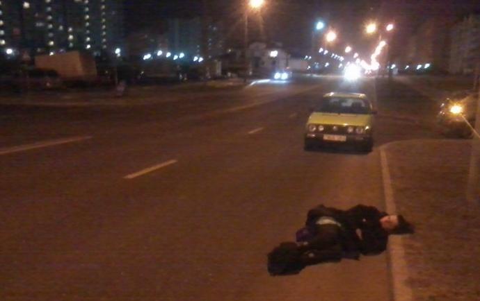 Цієї ночі в Івано-Франківській області посеред дороги знайшли непритомну жінку, яка стікала кров'ю – її збив та залишив помирати зовсім юний водій