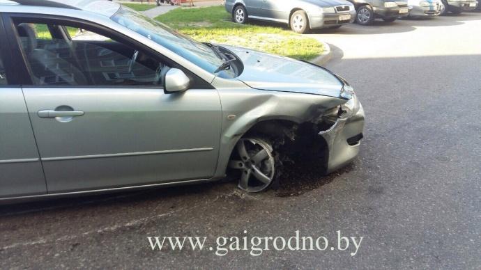 ВГродно безумно нетрезвый шофёр Мазда разбил водворе три припаркованных автомобиля
