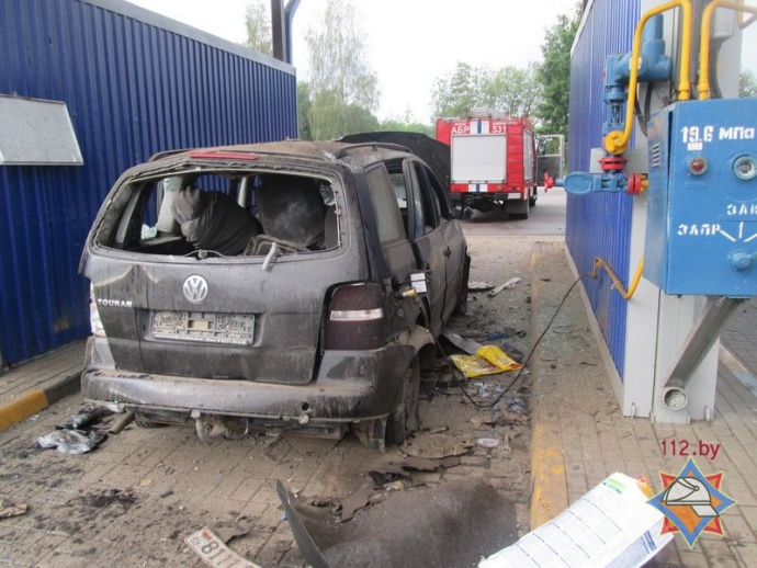 VW Touran взорвался при заправке газом вБарановичах