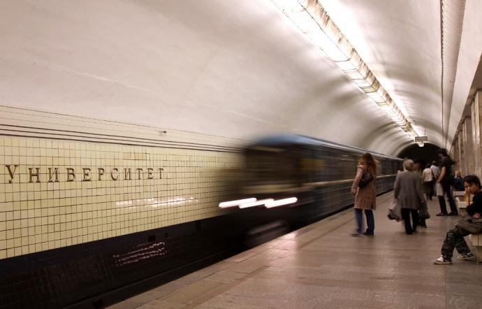 В столице пассажир метро умер, спрыгнув нарельсы перед прибывающим поездом