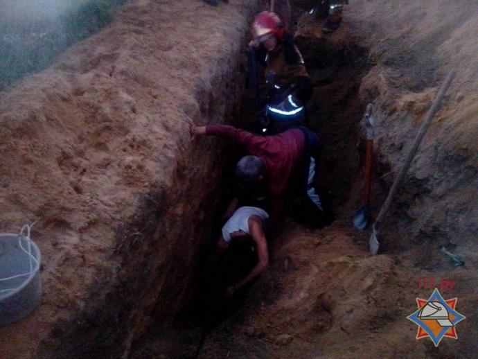 Студента засыпало землей вканализационной траншее вБарановичах