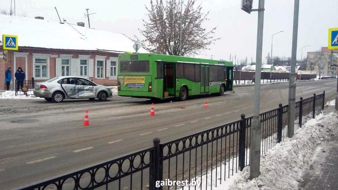 Автобус сбил женщину напереходе иврезался в легковую машину — Пинск