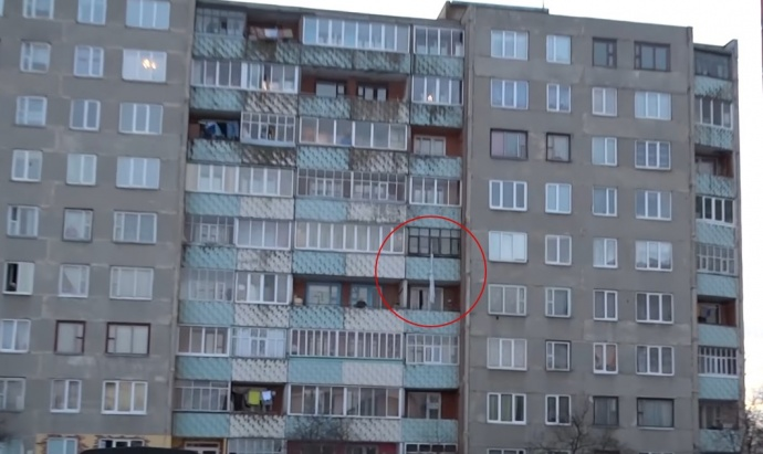 Гражданин Лунинца сорвался вниз, спускаясь напростынях с5-го этажа