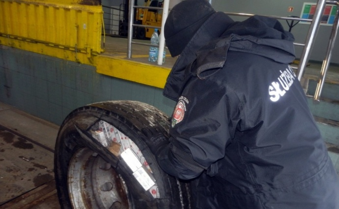 Белорусы пытались ввести вПольшу контрабандные сигареты вколесах фур