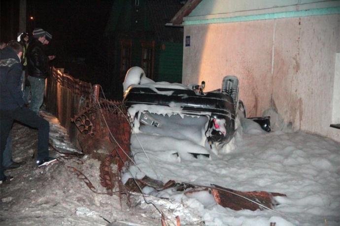 ВБарановичах автомобиль перевернулся ивлетел водвор частного дома