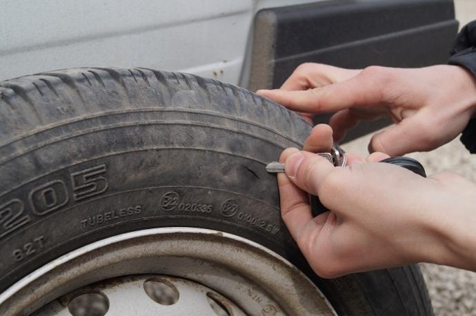 УВД: Заодну ночь мужчина порезал колеса около 20 машин вБобруйске