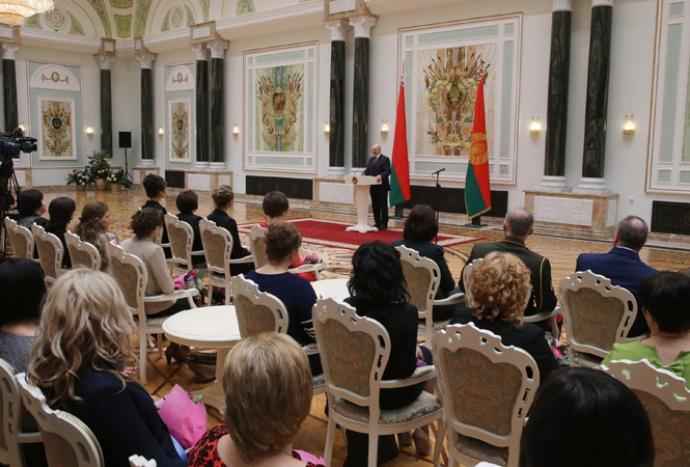 Александр Лукашенко вручил государственные награды игенеральские погоны