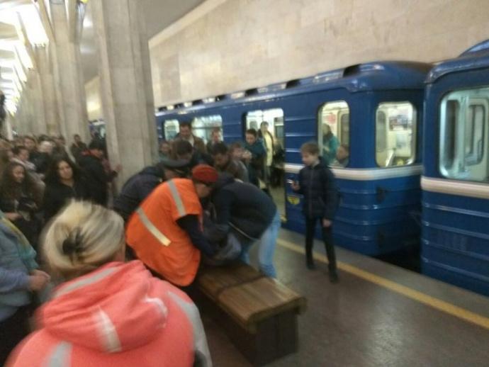 ВМинске настанции метро «Октябрьская» женщина упала нарельсы