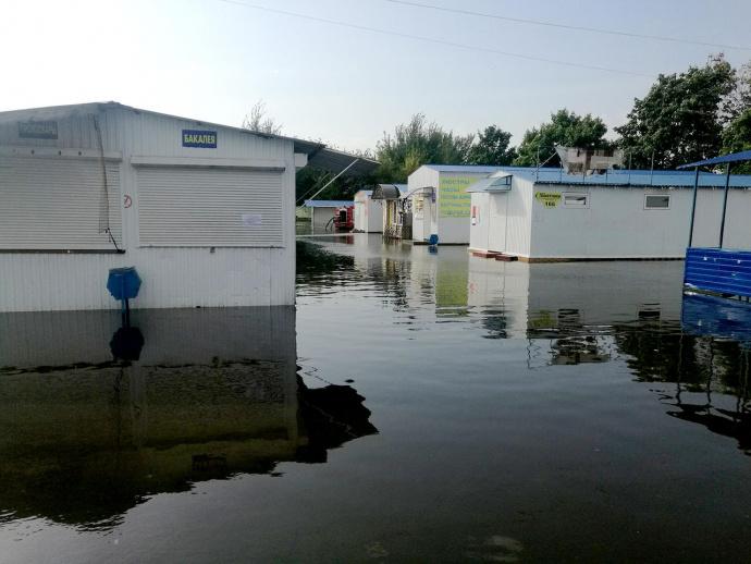 Сильный дождь вРечице смыл палатки нанабережной изатопил Славянский рынок