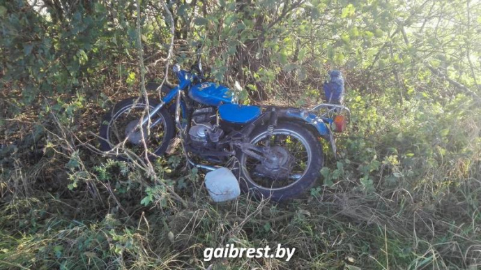 Два мотоциклиста-бесправника столкнулись вКаменецком районе