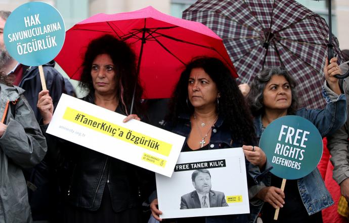 Турецкий суд освободил под подписку оневыезде восьмерых защитников прав человека