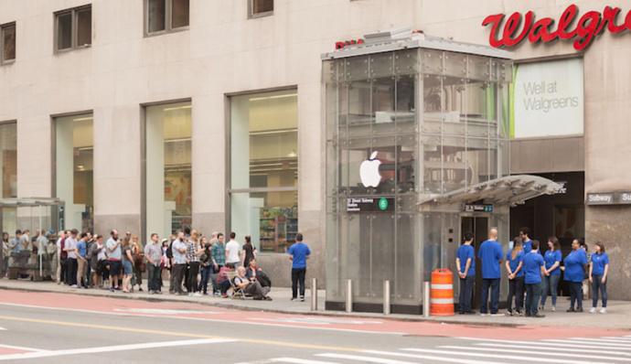 Кподдельному «Apple Store» уметро вНью-Йорке выстроилась очередь