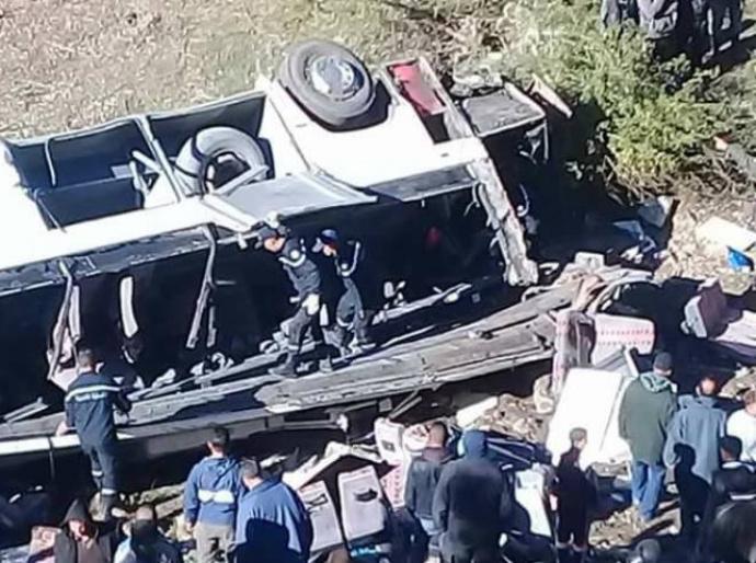 Автобус с туристами упал с 50-метрового обрыва в Тунисе